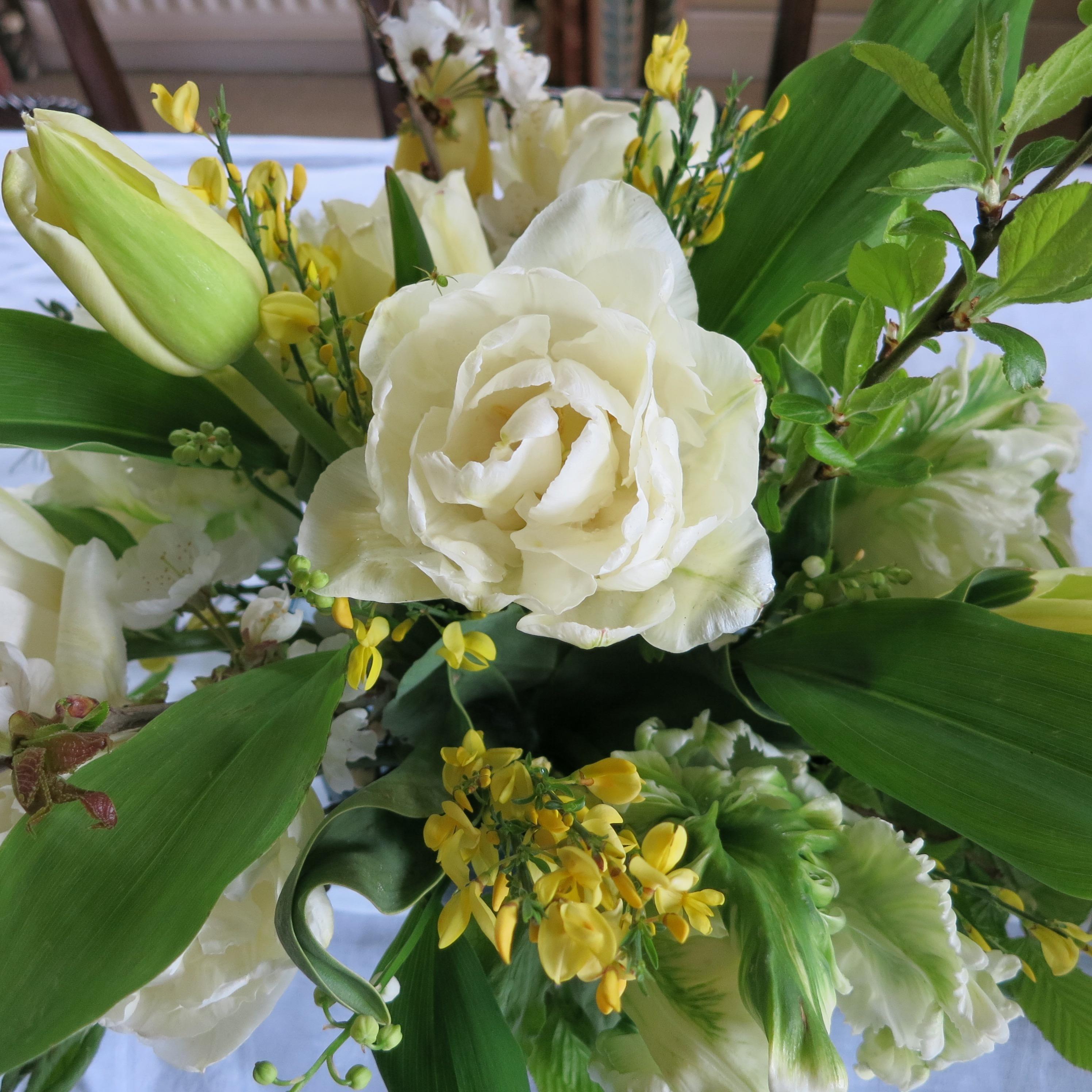 Spring-golden-wedding-table-arrangement